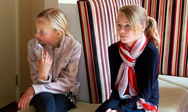 2012-Esther-Noor en Keetje Raat in la gare