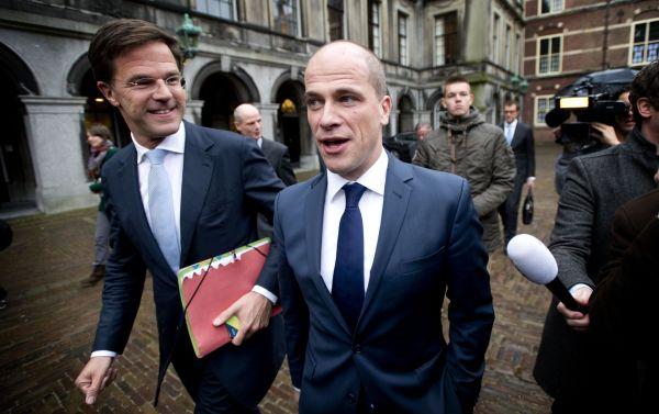 DEN HAAG - VVD-leider Mark Rutte (L) en PvdA-leider Diederik Samsom op weg naar de informateurs Henk Kamp en Wouter Bos op het Binnenhof, om verslag uit te brengen. De fracties van beide partijen hebben ingestemd conceptregeerakkoord. ANP ROBIN UTRECHT