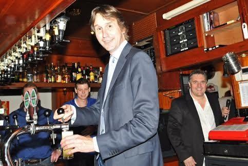 2014 wethouder Herbert Raat aan de tap. Rechts: eigenaar Jaap Buijs van The Pub.