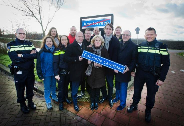 2016-Amstelveen De moeder van de doodgeschoten politieagente Cabrielle Cevat, heeft uit handen van Wethouder Herbert Raat, Peter Bot en Jeroen Brandes een straatnaambord ontvangen van de nog aan te leggen Cabrielle Cevatlaan.