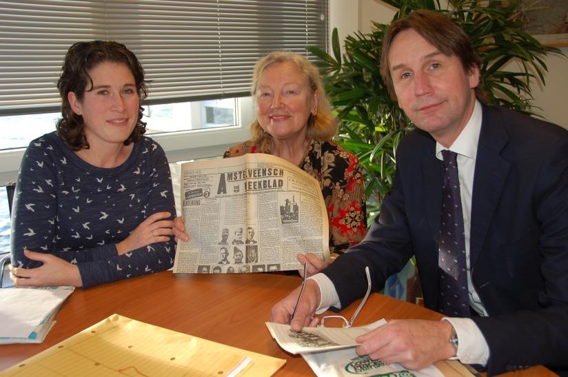 Willemijn Paijmans (adviseur Cultureel Erfgoed Gemeente Amstelveen), mevrouw van Kuiken en wethouder Herbert Raat