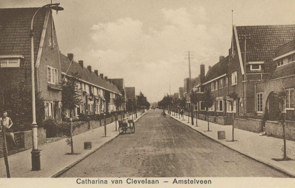 Deze foto is genomen in de Catharina van Clevelaan, met de rug naar de Amsterdamseweg. De woningen zijn gebouwd tussen 1926 en 1930. Opvallend is de toename van auto's in het straatbeeld en de groei van de zilverberken. Deze architectuur is nog altijd geliefd: behalve de toevoeging van wat dakvensters, is er aan de architectuur niets gewijzigd.