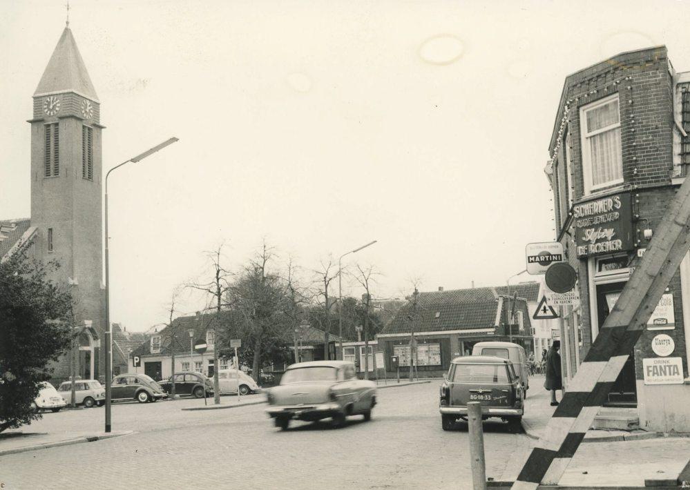 Het Dorpsplein anno 1960, met rechts slijterij De Roemer (tegenwoordig Argentijns restaurant Buenos Aires) en links de Dorpskerk. Op de hoek van de Dorpsstraat verrijst in 1992 het Van der Togtmuseum.