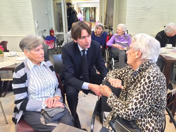 2016-Herbert Raat op bezoek bij oudere Amstelveners