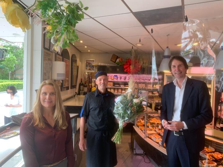 22-2-2020; Janneke Leegstra, Henry Schilder en Herbert Raat; Bloemetje vanwege jubileum 30 haar viszaak in Amstelveen