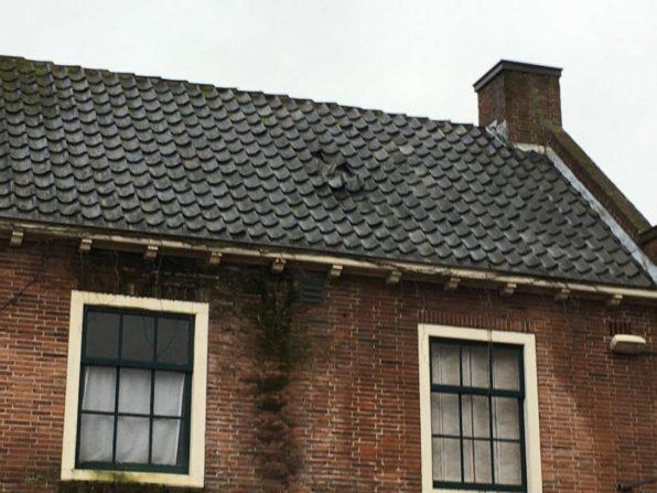 2018-Het Jagershuis: pannen zijn ingezakt op het dakbeschot