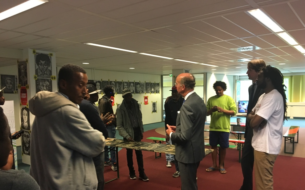 2018-18-6 Bezoek van burgemeester Bas Eenhoorn en wethouder Herbert Raat aan krakers Amstelveen