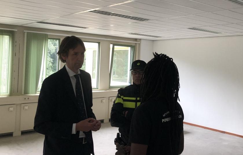 2018-wethouder Herbert Raat in gesprek met Khalid Abdou Jone,woordvoerder van de krakers We are Here