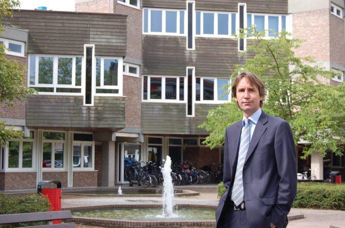 2017-wethouder Herbert Raat VVD voor het Raadhuis in Amstelveen