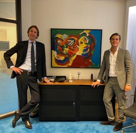 2020-Herbert Raat VVD en Harmen van der Steenhoven D66 bij de twee gezichten van Karel Appel in bezit van de gemeente Amstelveen