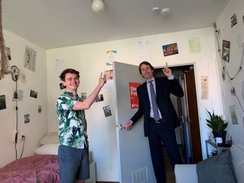 Herbert Raat en student Tim Wagelaar op Uilenstede